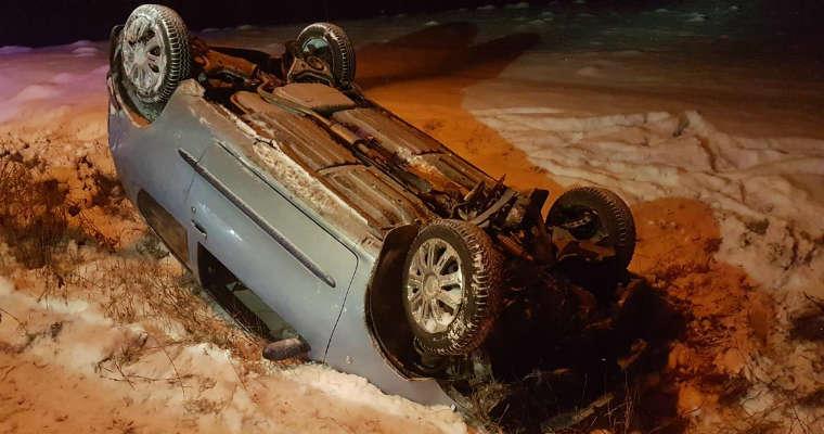 Samochód po dachowaniu w gminie Dobczyce (Małopolska). Fot. Policja