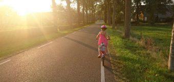 Dzięki dzieciom dorośli zakładają kaski rowerowe