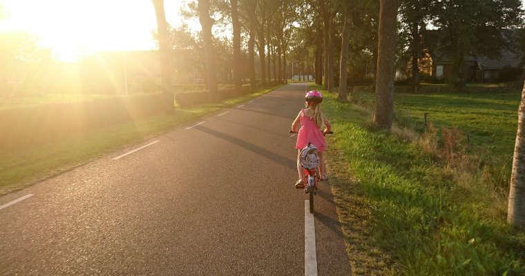 Dziecko w kasku rowerowym Fot. CC0