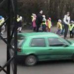 Kierowca przejeżdżająca przed dziećmi na pasach w Lwówku Śląskim straciła prawo jazdy. Źródło: YouTube