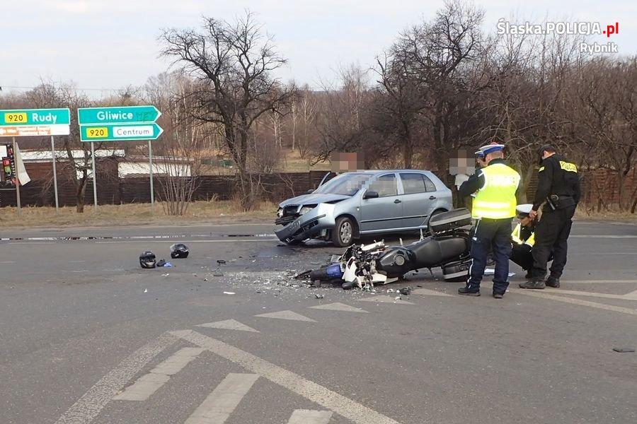 Wypadek z motocyklistą wiozącym dziecko w Rybniku. Fot. Śląska Policja