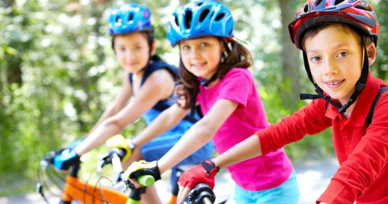 Dzieci w kaskach rowerowych. Fot. pixabay.com