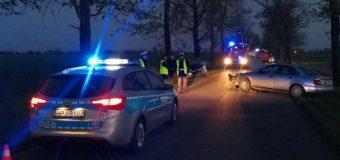Po zgłoszeniu policja pojechała szukać pijanego kierowcy. Znaleźli. Wbił się w radiowóz