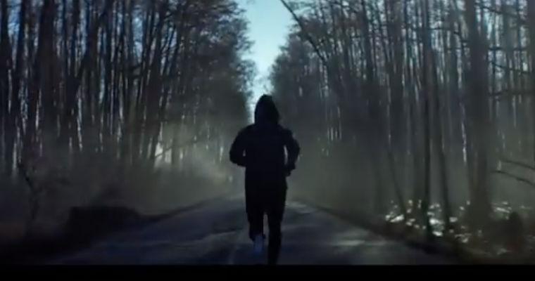 Klip reklamowy Lotos z Kubą Błaszczykowskim pokazuje piłkarza poruszającego się nieprawidłową stroną drogi. Źródło: YouTube