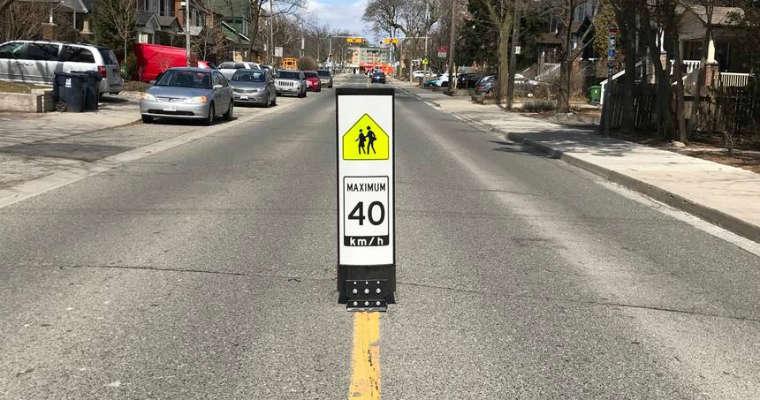 Znak spowalniający kierowców umieszczany w Toronto w rejonie szkół. Fot. CC BY 2.0 Sign near Oakwood Collegiate, Toronto/ Lloyd Alter
