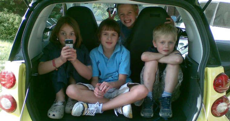 Dzieci w samochodzie. Fot. Andrew Currie/Flickr/CC BY 2.0