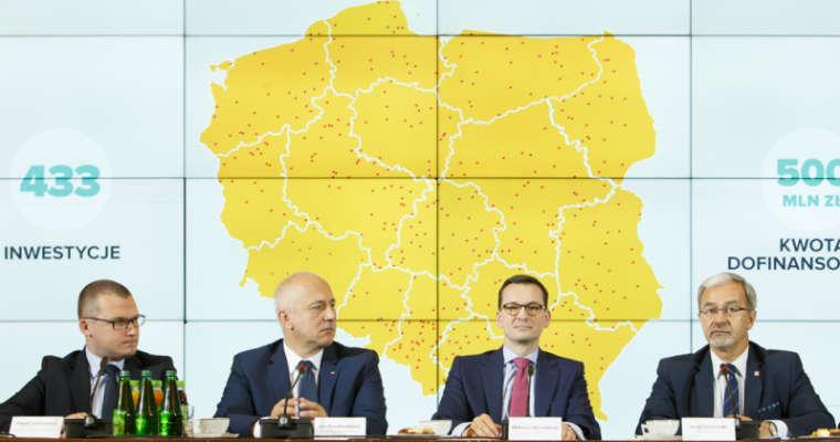 Premier Mateusz Morawiecki na odprawie z wojewodami zapowiedział, że rząd przeznaczy w tym roku na budowę i remonty dróg lokalnych 1,3 mld zł. Fot. KPRM