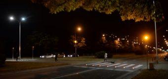 Mamy boom na aktywne przejścia dla pieszych. Czy dzięki zebrom, które świecą i migają jest bezpieczniej?