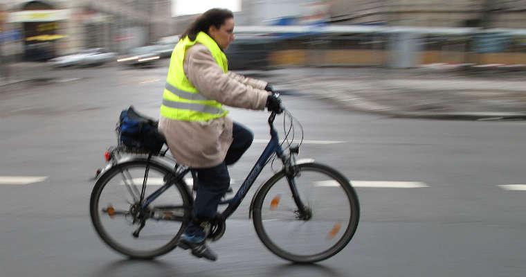 Rowerzysta w kamizelce odblaskowej. Fot. Wikimedia Commons