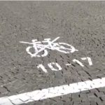 Zakaz jazdy rowerami w dzielnicy Pragi w Czechach. Źródło: Česká televize