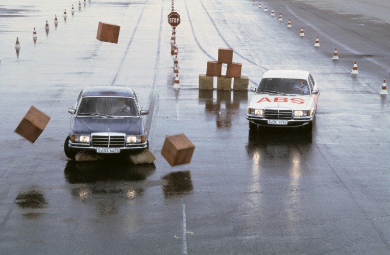 Mercedes i Bosch 40 lat temu zaprezentowały nowość - układ ABS. Fot. Daimler AG