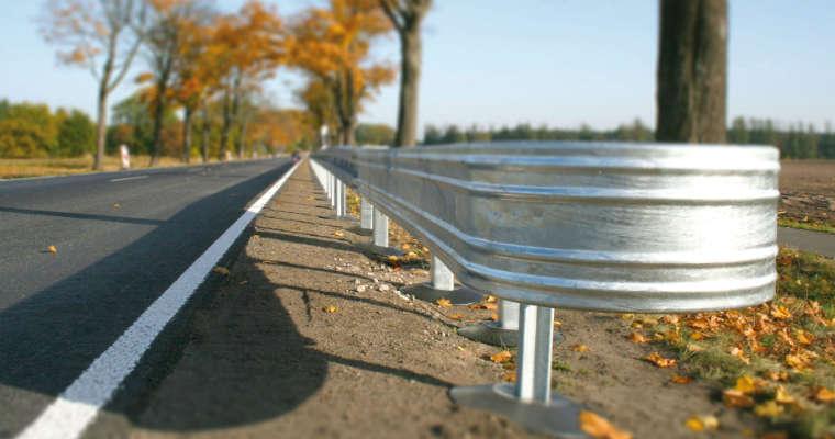 Zamiast wycinki drzew, można stosować bariery w najbardziej niebezpiecznych miejscach. Takie bariery nie muszą tworzyć długich ciągów, dlatego potrzebują bezpiecznych zakończeń takich jak Primus P2. Fot. Saferoad