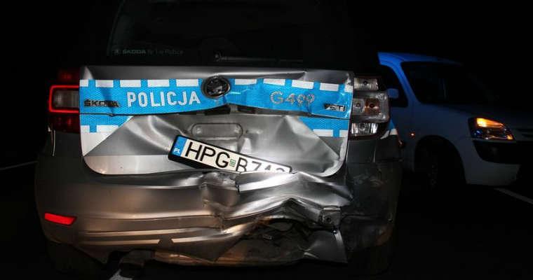 Uszkodzony radiowóz policji w Wolbromiu. Fot. policja