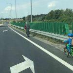 W Bielsku-Białej ojciec zabrał sześciolatka na wycieczkę rowerową i jechał z nim po drodze ekspresowej. Fot. policja