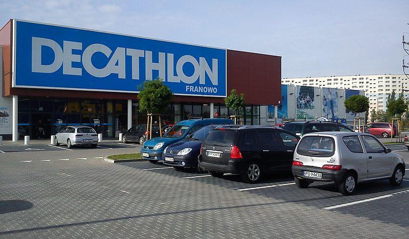 Parking przed marketem w Poznaniu. Fot. MOs810/CC ASA 3.0