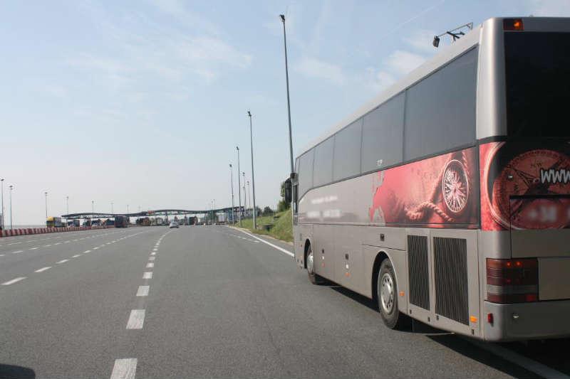 Autobus cofał na autostradzie A4. Fot. policja