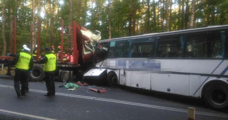 Wypadek ciężarówki z autobusem szkolnym w miejscowości Tyrowo. Fot. KWP Olsztyn