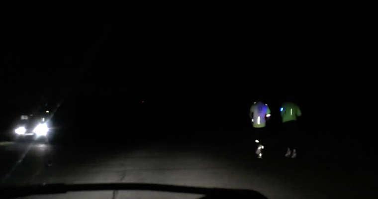 """Kadr spotu z kampanii """"Świeć życiem"""" z Białej Podlaskiej, w którym pokazano bez komentarza pieszych biegających niewłaściwą stroną drogi. Źródło: YouTube"""