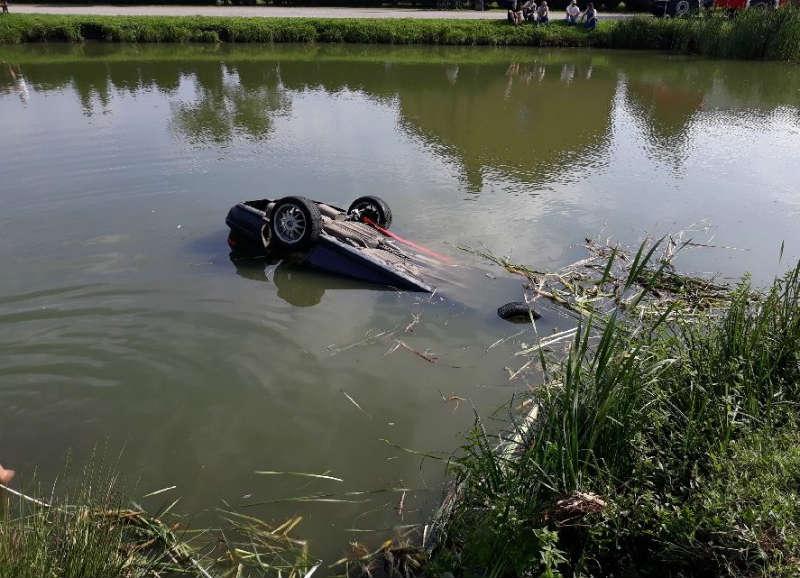 Honda dachowała w stawie w Stobiecku Szlacheckim. fot. policja