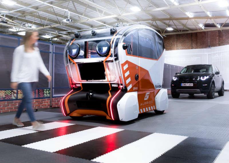 """Jaguar Land Rover testuje sztuczne oczy na autonomicznych samochodach - by piesi widzieli, że auto ich """"widzi"""" i mniej się bali takich spotkań na drodze. Fot. Jaguar Land Rover"""