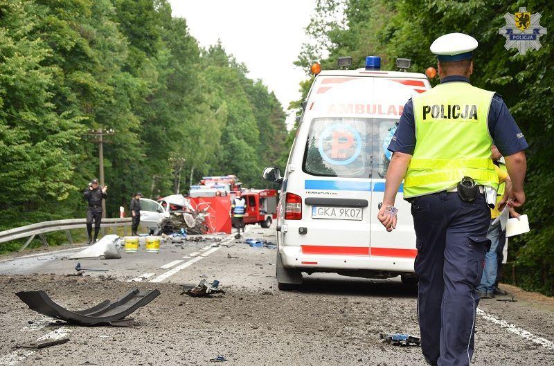 Policjant pracujący na miejscu wypadku drogowego. Fot. Policja