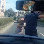 Dzielnicowy z Legnicy przeprowadził przez ruchliwą jezdnię staruszkę, która utknęła na środku drogi. Źródło: policja