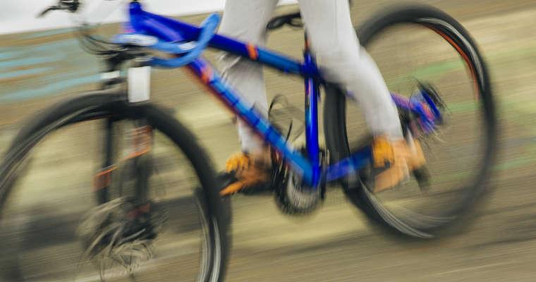 Szybko jadący rowerzysta. Fot. CC0