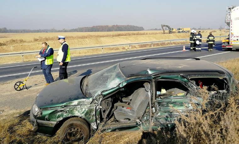 Autobus Flixbus uderzył w prawidłowo jadące renault. Kierowca trafił do szpitala. Fot. Policja