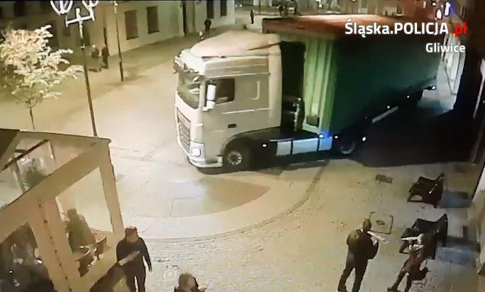 Kierowca ciężarówki zabłądził i wjechał na rynek w Gliwicach. Fot. Policja