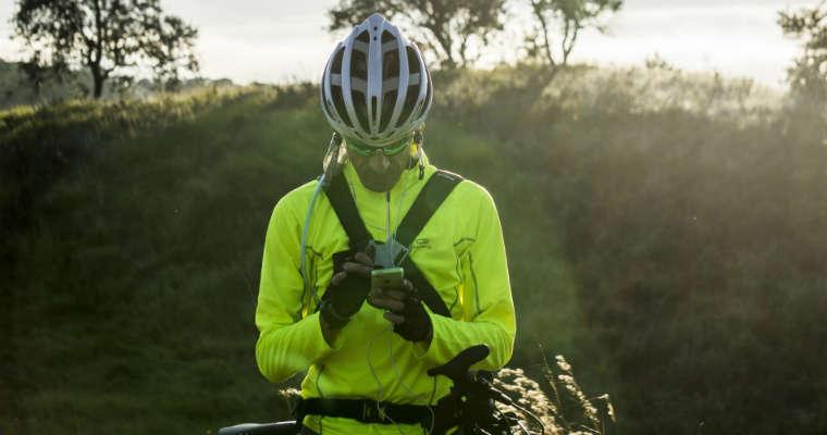 Rowerzysta z telefonem komórkowym. Fot. CC0