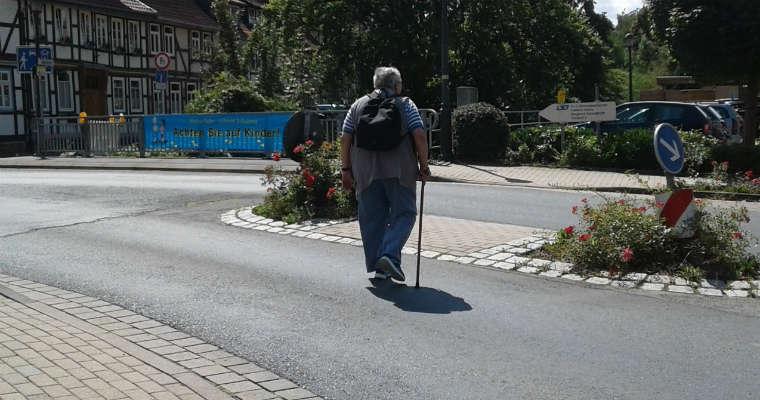 Niemcy - przejście dla pieszych typu Fussganger bez sygnalizacji świetlnej, z azylem. Fot. Wiesław Migdałek