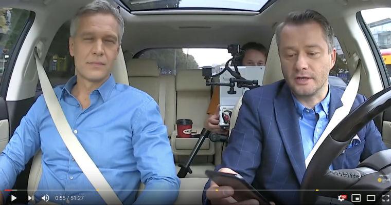 """Jarosław Kuźniar w programie """"Onet Rano"""" prowadził samochód korzystając z telefonu trzymanego w dłoni. Źródło: YouTube"""