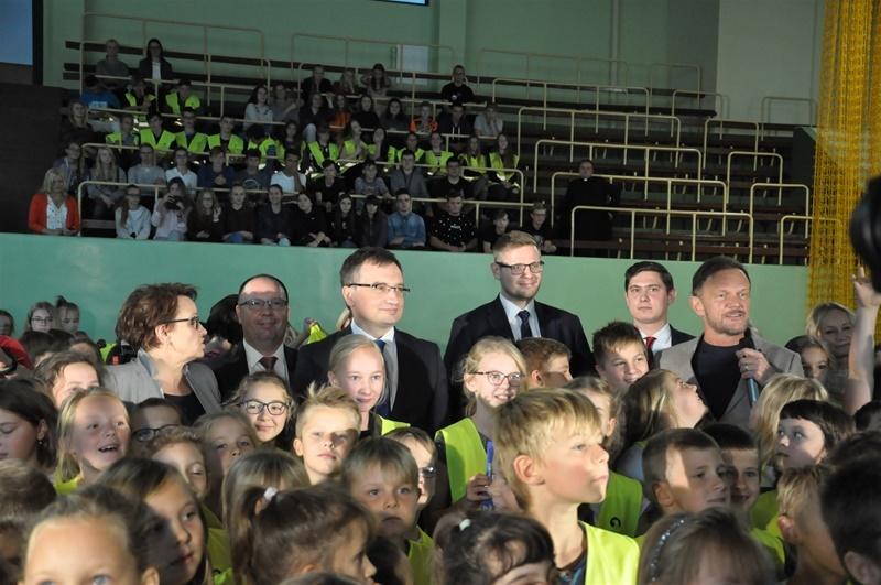 """Minister Zbigniew Ziobro i szefowa MEN Anna Zalewska ogłosili kampanię """"Dobrze Cię widzieć"""", w której resort kupił 3 mln odblaskowych kamizelek dla uczniów. Fot. MS"""