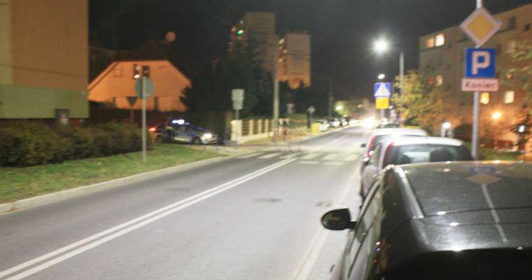 W Grudziądzu na ul. Kalinkowej kierowca potrącił nastolatkę na przejściu dla pieszych i uciekł. Fot. policja