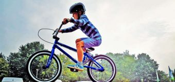 Szkoła kazała uczniom zamontować tablice rejestracyjne na rowerach. Bo jeżdżą niebezpiecznie