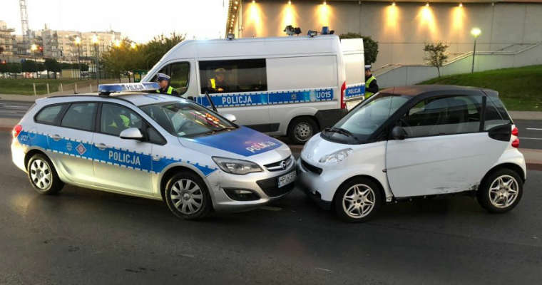 Kierowca w Poznaniu próbował uciec policjantom smartem. Fot. Policja