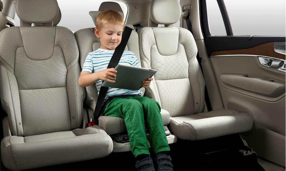 Dziecko na zintegrowanej podkładce w samochodzie Volvo. Fot. mat. prasowe
