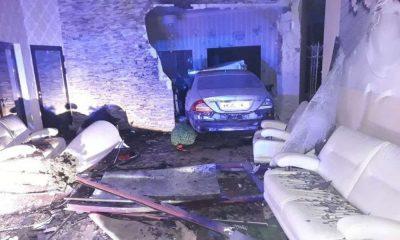 Kierowca mercedesa wjechał do sali balowej w Aleksandrowie. Fot. Policja