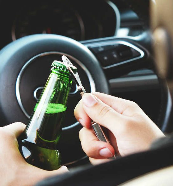 Kierowca pijący alkohol w samochodzie. Fot. CC0