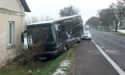 Kierowca autokaru z dziećmi zjechał do rowu w miejscowości Zakręcie. Fot. Policja