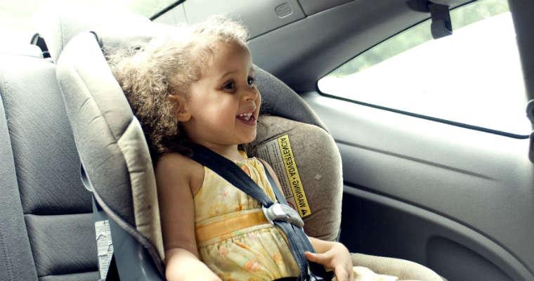 Dziewczynka w foteliku samochodowym. Fot. CC0