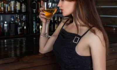 Kobieta pijąca alkohol. Fot. CC0
