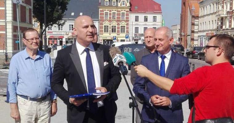 Marek Konkolewski jako kandydat Koalicji Obywatelskiej na prezydenta Starogardu Gdańskiego na konferencji m.in. ze Sławomirem Neumannem z PO. Fot. PO/Twitter