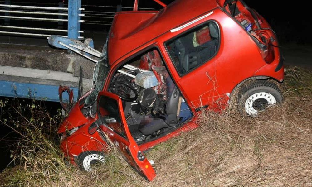 Seicento nadziało się na barierę w Woli Mysłowskiej (Lubelskie). Kierowca został ciężko ranny. Fot. Policja