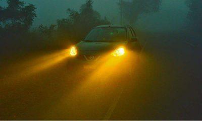 Samochód we mgle. Fot. Raghav veturi/CC ASA 4.0
