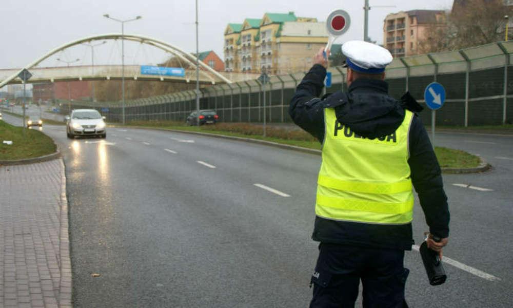 Policjant z radarem na ulicy. Fot. Policja