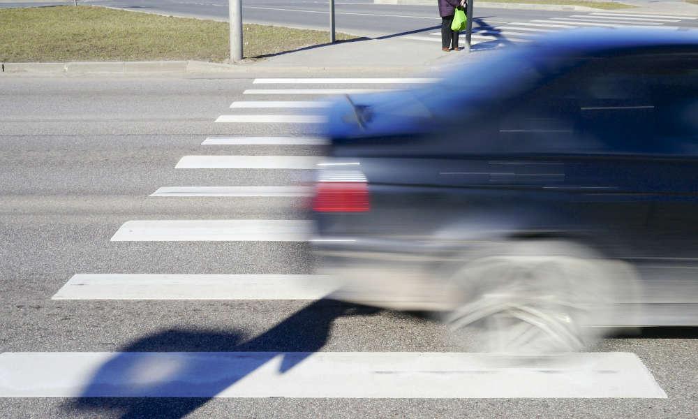 Samochód przejeżdżający przez przejście dla pieszych. Fot. CC0