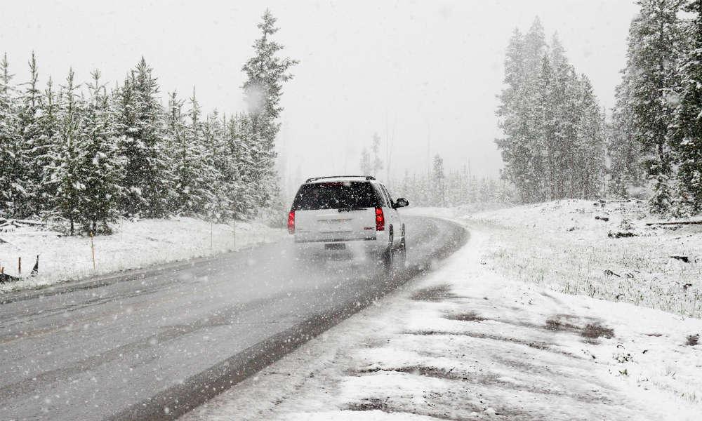 Samochód na zimowej drodze. Fot. CC0