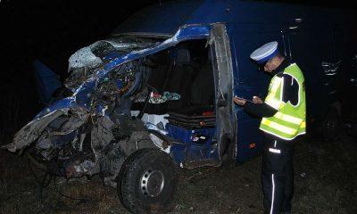 Kierująca mercedesem sprinterem uderzyła w pociąg na przejeździe w Łukowie. Fot. Policja