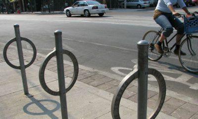 Stojak rowerowy na ulicy w Toronto. Fot. Xavier Snelgrove/CC ASA 2.5